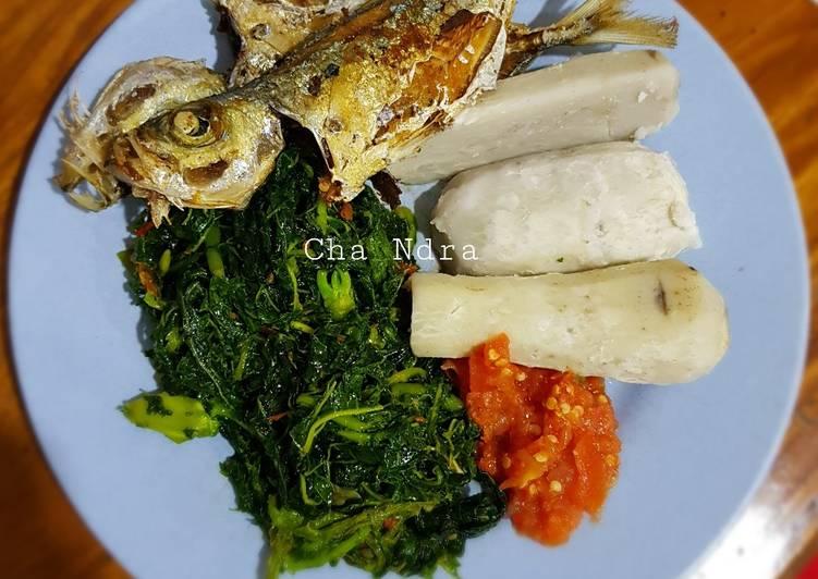 Ikan goreng tumis daun pepaya keladi rebus sambal mentah