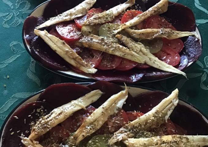 Carpaccio de betterave tomates anchois et cornichons américains