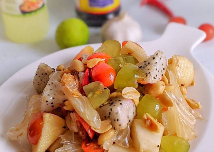 Som tum buah (thai fruits salad)