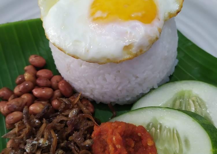 Nasi Gurih (nasi uduk atau nasi lemak)