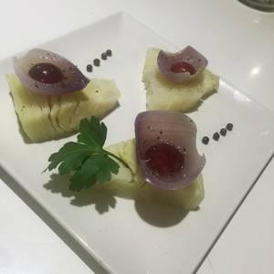 Encurtidos con aceite de mostaza y coliflor con uva y vinagre a la pimienta