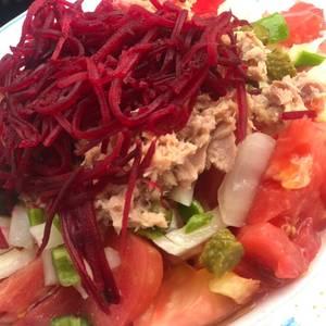 Ensalada de remolacha, Tomate de huevo de toro, picadilla y atún !