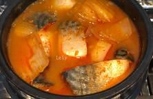 Cá nục- mackerel kho kimchi- công thức Maangchi