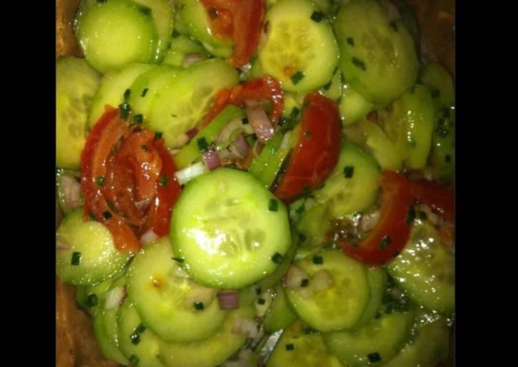 Salade de concombres et tomates marinés aux échalotes