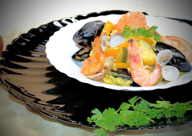 Paella con verdure e pesce