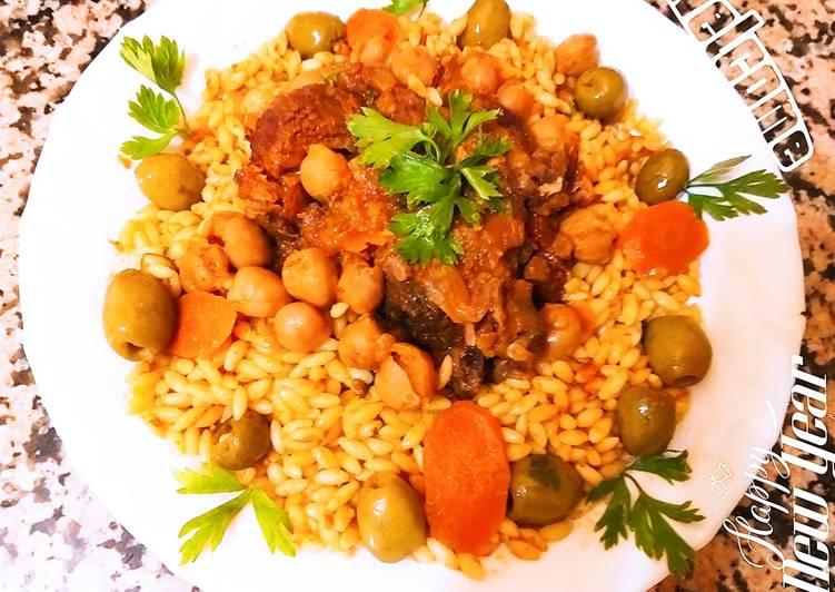 Pâtes à la sauce rouge, et viande d'agneau،olives verts