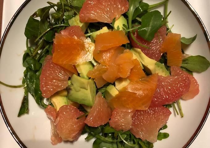 Salade avocat-pamplemousse-saumon