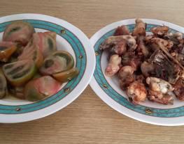 Pollo al ajillo y ensalada de tomate raf