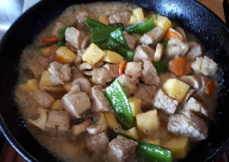 Veau à la pâte de curry vert avec petits légumes et riz nature parfumé