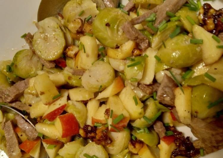 Rosenkohlsalat mit Rindfleisch, Apfel und Walnusskernen