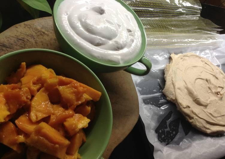 Pavlova with whipped cream and fresh mango
