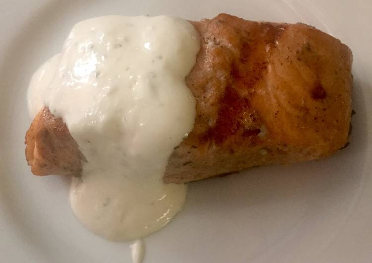 Grilled salmon with creamy horseradish sauce