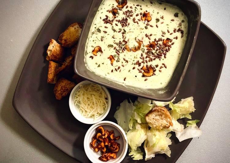 Velouté d'asperges et pommes de terre, accompagné de chips de carottes et croûtons à l'ail