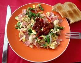 Receta fácil de huevos revueltos con vegetales y con salsa picosa @chipotlísima ! #salsachipotleartesanal