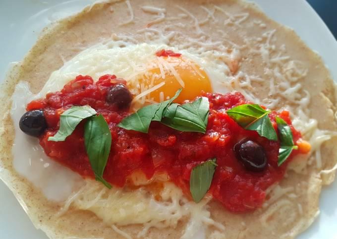 Crêpe salée : tomate, olives emmental et oeuf
