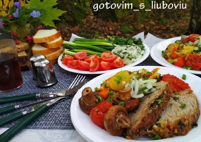 Мясо и овощи, запечённые в фольге, в углях на мангале