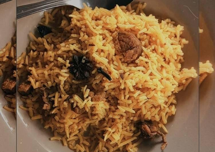 Nasi kebuli dengan daging kambing