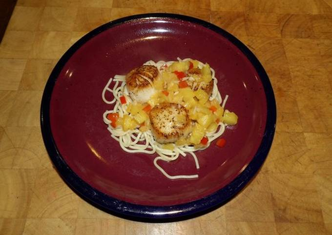 Seared scallops with pineapple