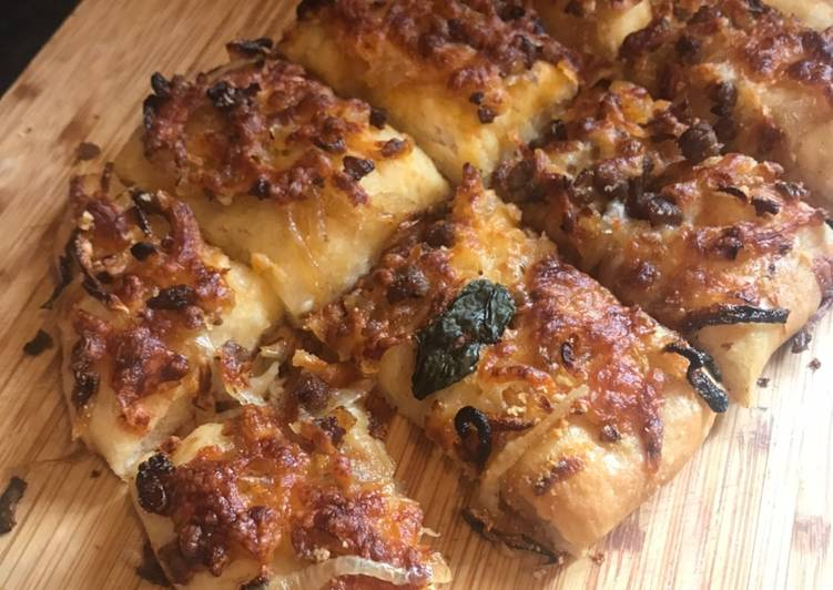 Recipe of Ultimate Pizza bread - no knead, with spicy mincebeef & caramelised onion