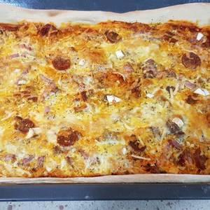 Masa para pizza en panificadora y pizza carnívora cuadrada