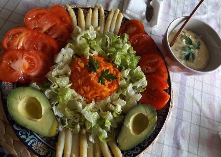 Ensalada vitaminas con salsa de albahaca