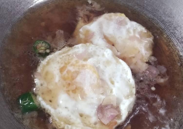 Cara Gampang Menyiapkan Telur ceplok masak kecap yang Bisa Manjain Lidah