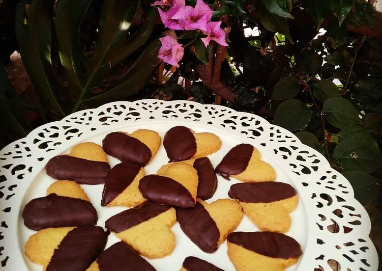 Cuoricini di frolla montata con glassa al cioccolato fondente