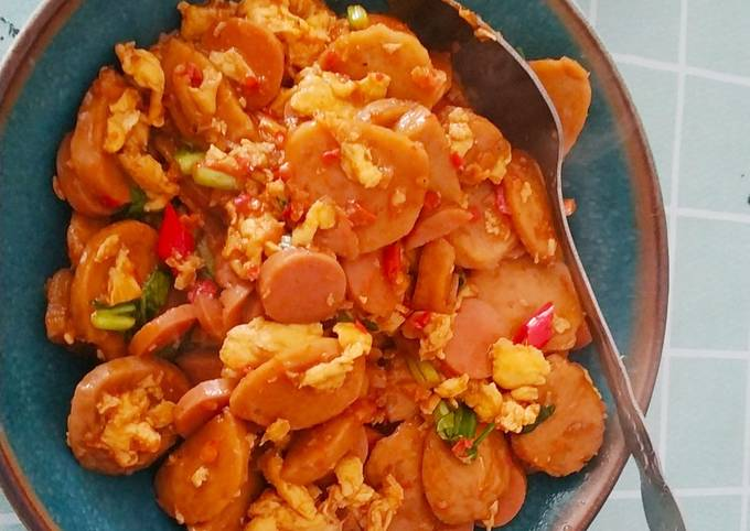 Nasi gila (oseng pedas bakso, sosis, telur, jamur, sayur)