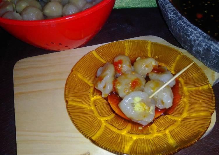 Cilok Aci isi Telur dengan Saus Petis Udang 🍤