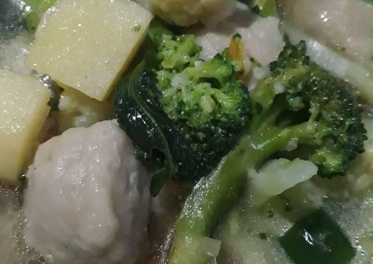 Sayur sop brokoli bakso