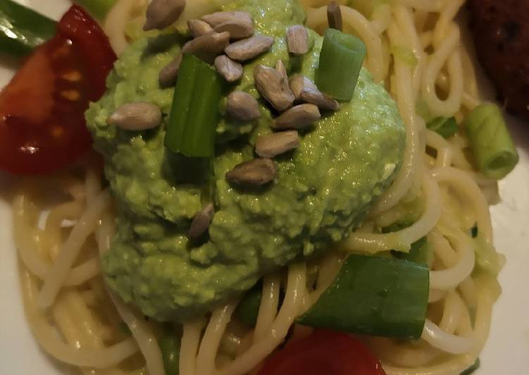 Spaghettis au pesto de petits pois et feta