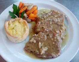 Solomillode cerdo en salsa de almendras con verduritas salteadas y mini quiche de patata