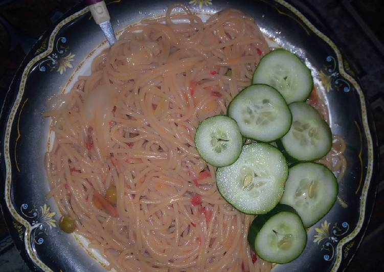 Simple spaghetti ganished with cucumber
