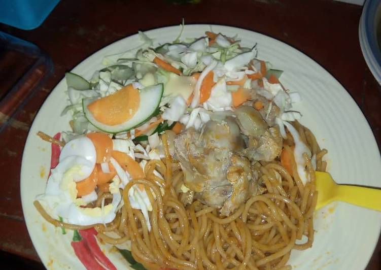 Spagetti with chicken and salad