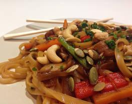 Noodles de arroz con verduras, shiitake y frutos secos con soja y miel