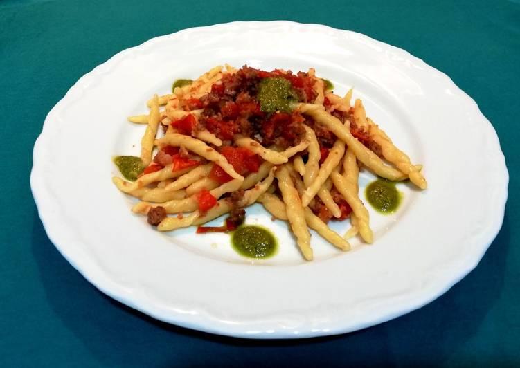 Trofie salsiccia, pomodorini e gocce di pesto