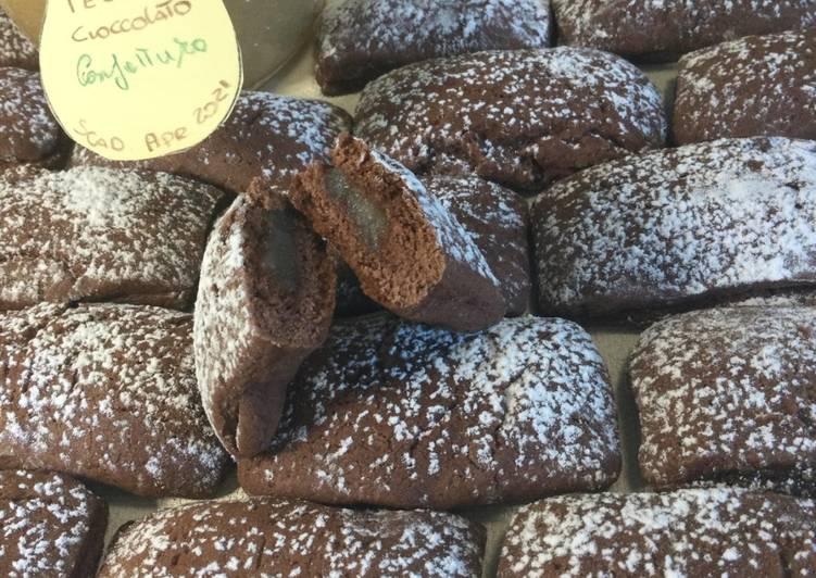 """Biscotti """"Mattoncini"""" al cacao con cuore morbido alle pere"""