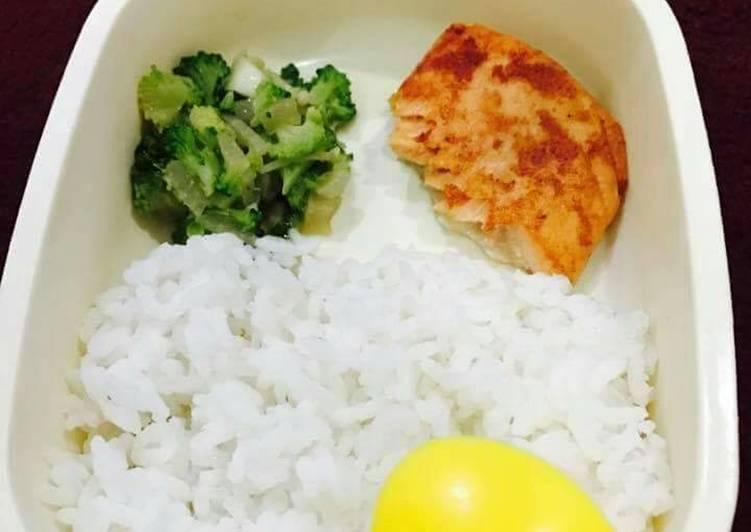 Salmon bawang putih dan tumis brokoli enoki (MPasi anak)