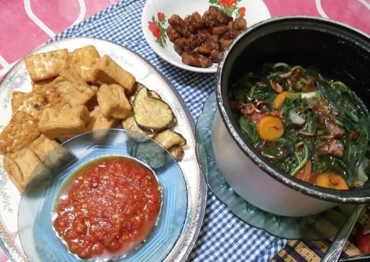 Sayur bayam, tempe-tahu-terong goreng, tempe kecap dan sambal tomat. (Hidangan berbuka simpel 1)