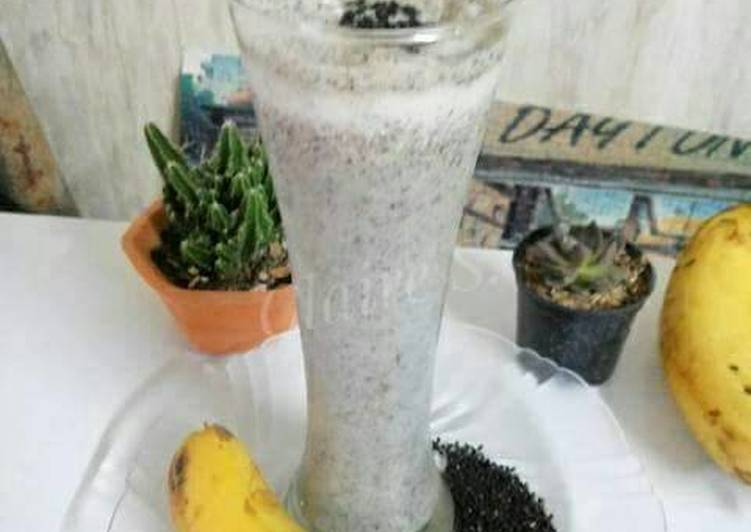 Healthy Black Sesame and Banana Smoothies