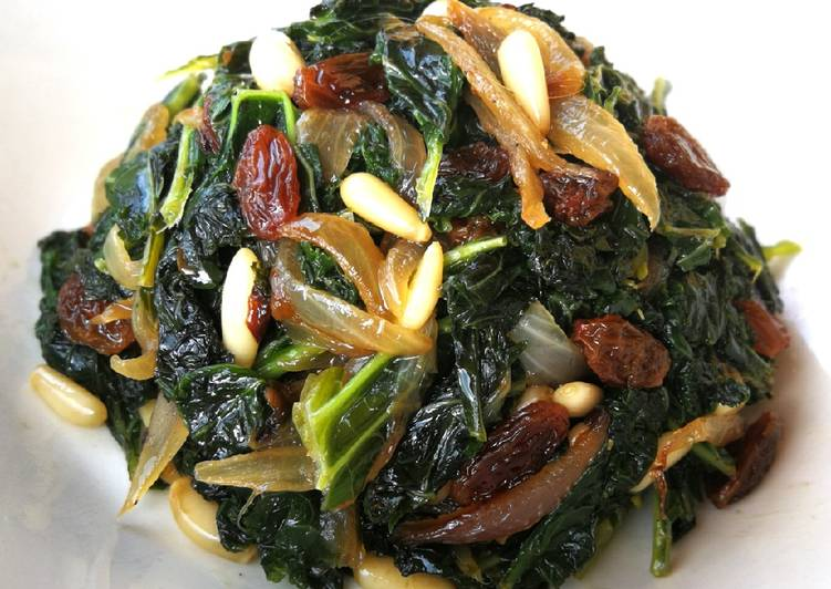 Col kale salteada con uvas pasas y piñones - veggie