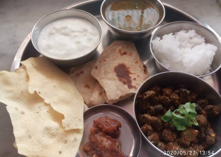 Veg thali - besanbhindi, tur dal, rice, parantha