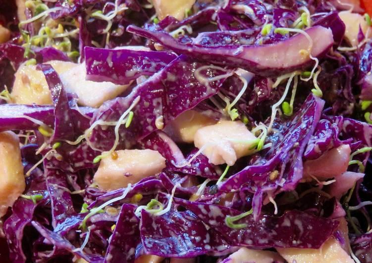 Salade de chou rouge et pommes à la sauce au tahin