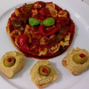 Cappellettis de jamón con salsa de tomate y hummus con aceitunas