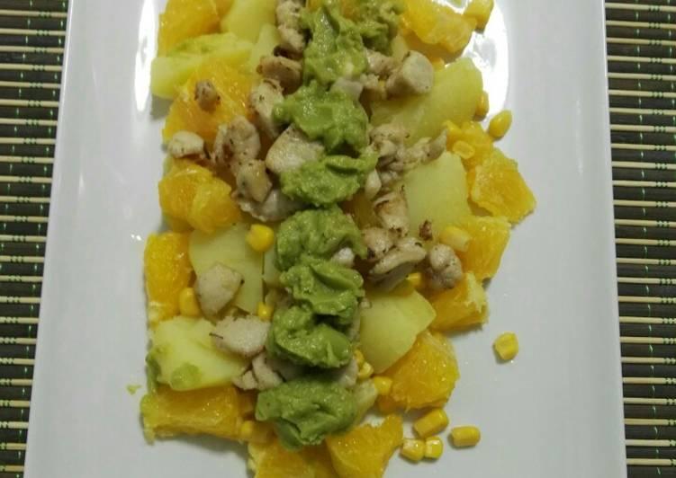 Ensalada de patata, pollo y naranja con guacamole