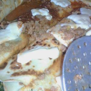 Canelones de acelga y picadillo. salsa con carne picada