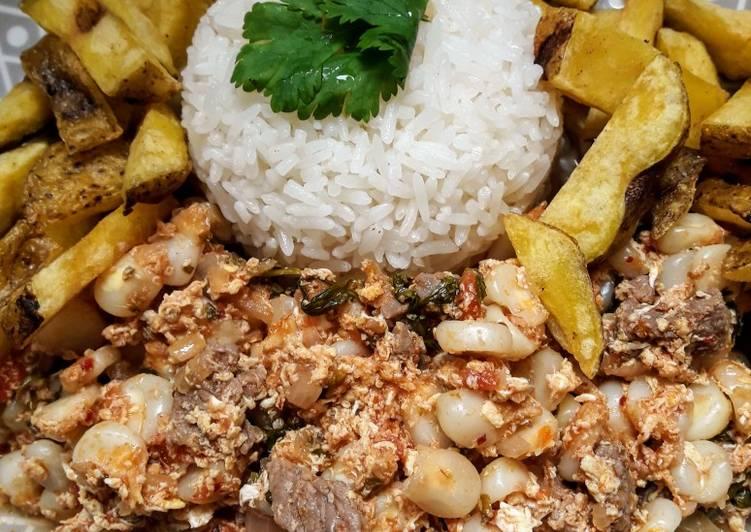 Guiso de Choclo (maíz peruano) con carne de res y papas amarillas