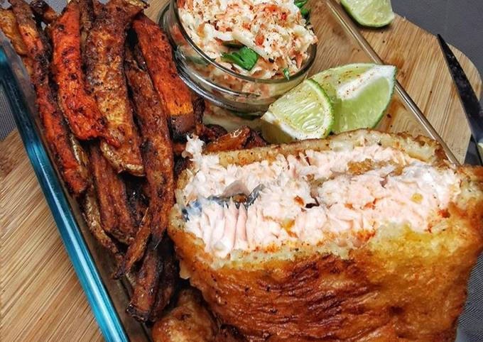 Fish & chips saumon son duo de frites de patates douces et coleslaw maison