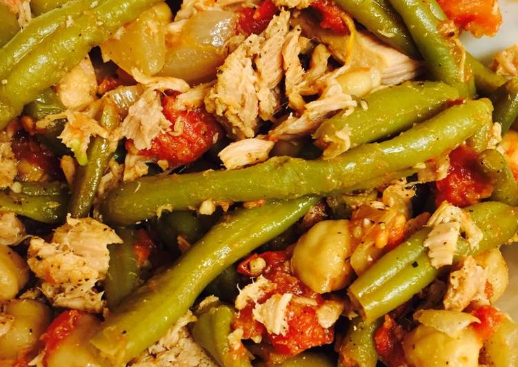 Spicy tuna with tomatoes, green beans, and chick peas