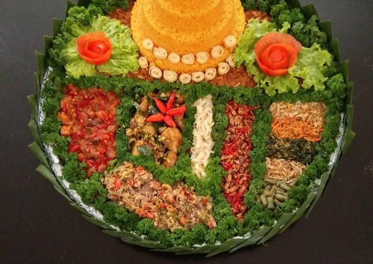 Nasi kuning tumpeng
